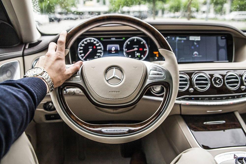 Wynajem samochodu luksusowego na wyjazd służbowy
